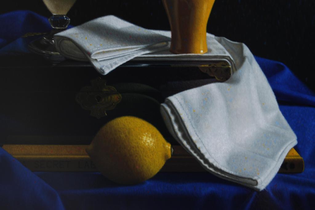 Let op de citroen, die 's zuur, die de wacht houdt bij het slot van de geheime doos.....