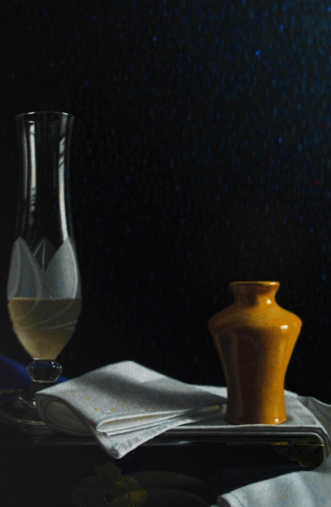 Het kristalglas, de helderheid, is deels gevuld. Let op de slagschaduw die het kruikje werpt op het smetteloze wit......